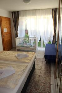 Schlafzimmer mit Kinderbett und Sauna