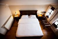 2 adet çift kişilik yatak odası