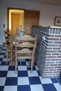 Esstisch im kombinierten Wohn/Schlaf/Küchenraum