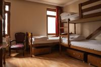 Bunk bed, single bed and sitiing area in N room